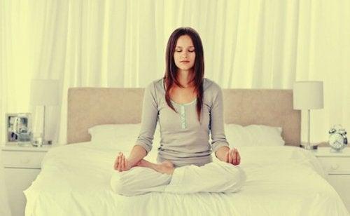 Kvinde mediterer som del af behandling af atopisk eksem