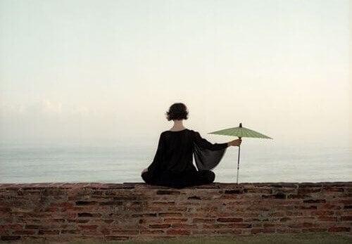 Kvinde med paraply i indre stilhed