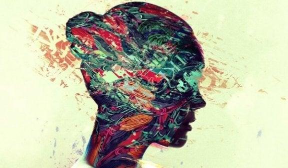 Kvindeansigt med farvet maling symboliserer citater af Charles Bukowski om fornuft og følsomhed