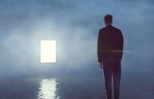 Mand, der er alene i rum med vand