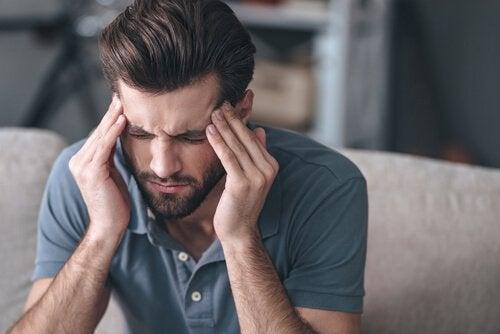 Mand, der tager sig til hoved, lider af spændingshovedpine