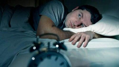 Mand med en af de typer af søvnløshed
