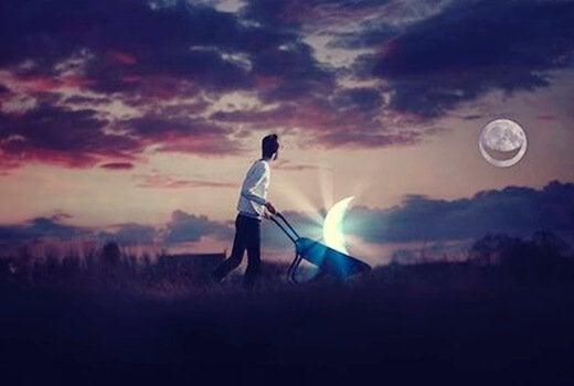 Person, der går med måne i trillebør