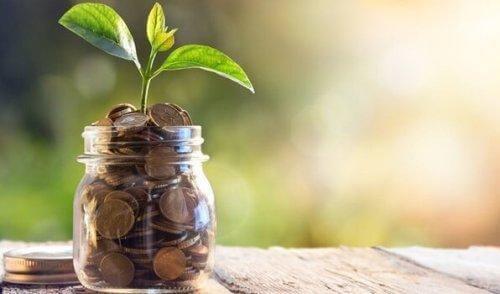 Spirende krukke med mønter illustrerer, at vi kan bevare energien ved at undgå gæld