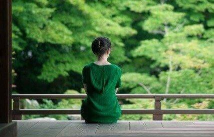 Kvinde i skov hviler sig for at bevare energien