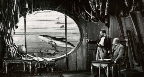 Mænd ser på havet gennem vindue fra en af Vernes fortællinger