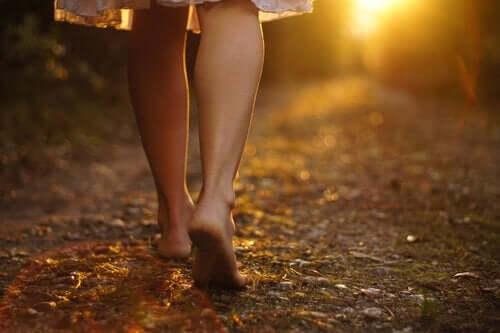 kvinde går i skov med bare fødder