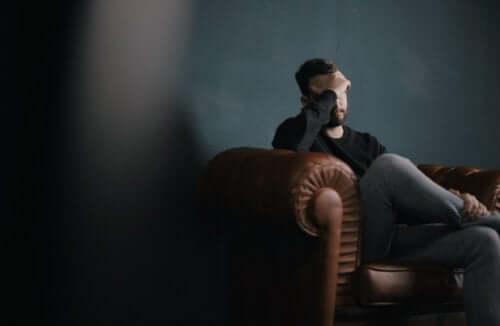 deprimeret mand i sofa