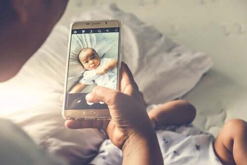 forælder, der tager billede af baby
