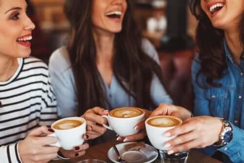 Tre veninder sidder og får en kop kaffe