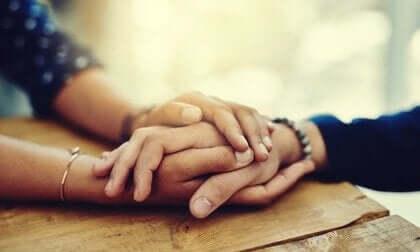 """to holder hinanden i hånden som en måde at sige """"jeg ved, hvordan du har det"""""""