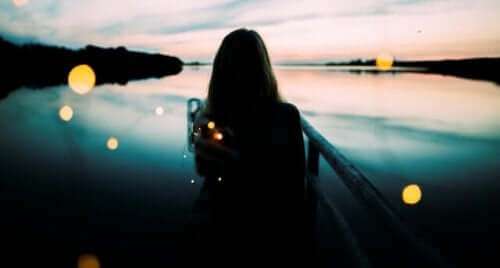 kvinde, der kigger ud på sø
