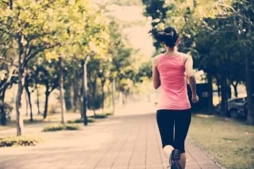 kvinde, der løber en tur