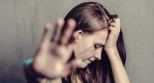 kvinde, der laver stoptegn med hånd
