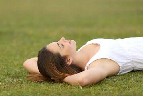 kvinde, der ligger på græsplæne