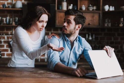 kvinde, der mistænker mand for online utroskab