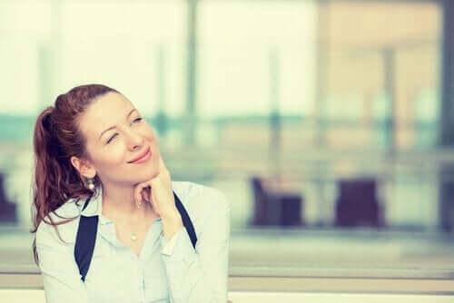 kvinde, der tænker og smiler