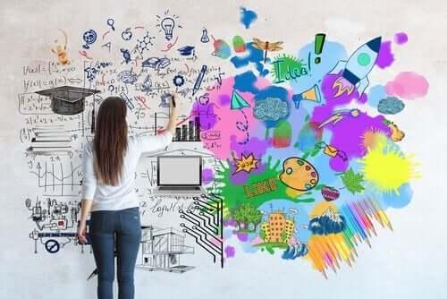 kvinde, der tegner på en væg, illustrerer citater af Piaget om børn og læring