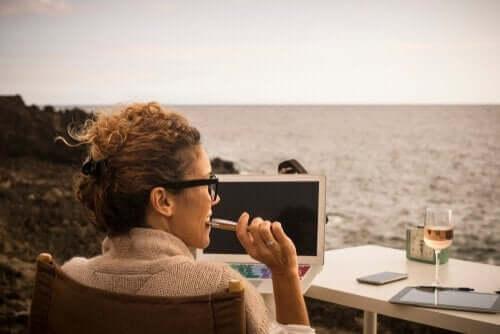 kvinde ved skrivebord udenfor