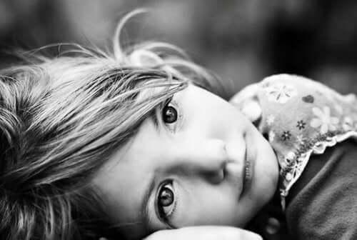 Trist piger lider af reaktiv tilknytningsforstyrrelse