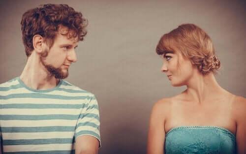 mand og kvinde, der kigger på hinanden