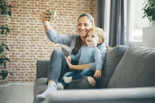 mor, der tager selfie af hende og barn