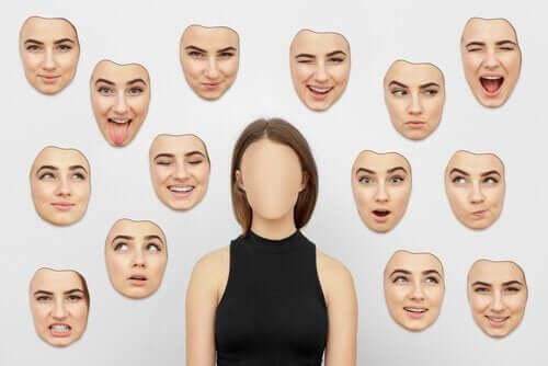 En kvinde med mange ansigter at vælge imellem