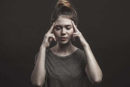 En kvinde mediterer for at håndtere vrede