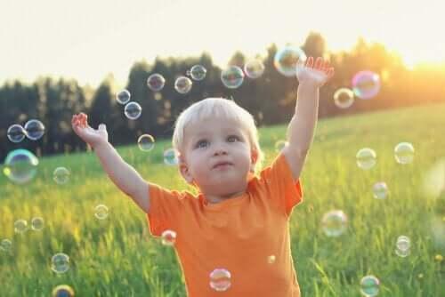 En dreng leger med sæbebobler