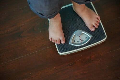 Person vejer sig som del af behandling af overvægt