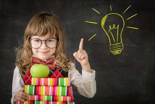 Pige foran tavle med lysende pære