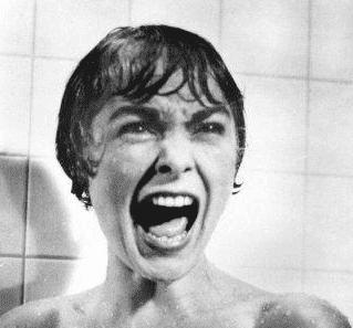 Kvinde i bad skriger