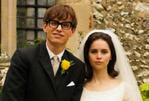 The Theory of Everything starter med en universitetsfest, hvor en ung Stephen Hawking møder sin kommende hustru, Jane