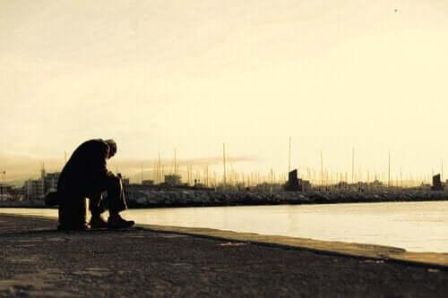 Mand ved havn tænker over sit liv