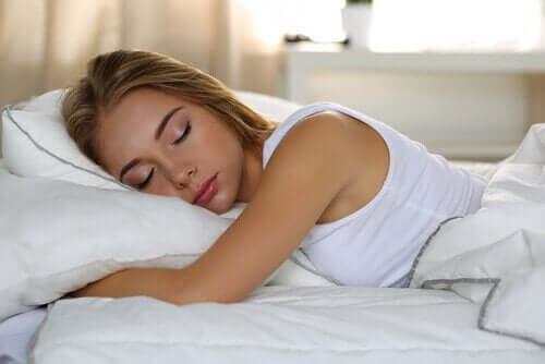 ung kvinde, der sover, da søvn er nødvendigt