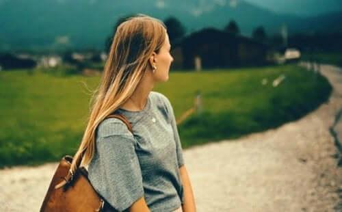 Kvinde på lang grusvej