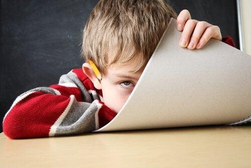 Dreng med ADHD holder papir med Barkley modellen