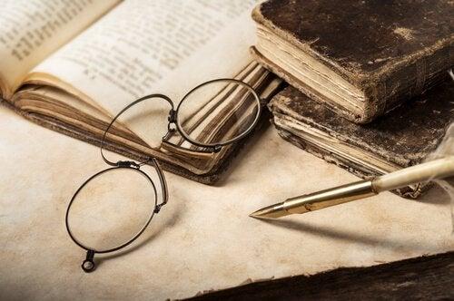briller og gammel bog