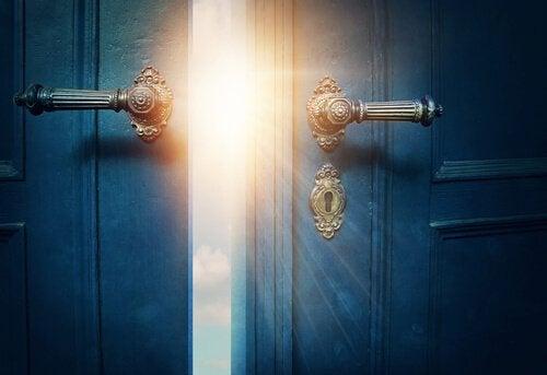 Dør åbnes til himmel som symbol for udviklingsrejse