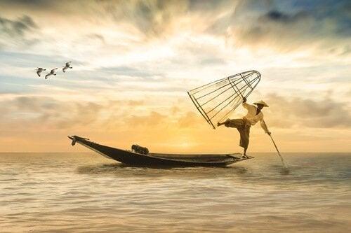 Mand balancerer på båd og symboliserer disciplin i Japan