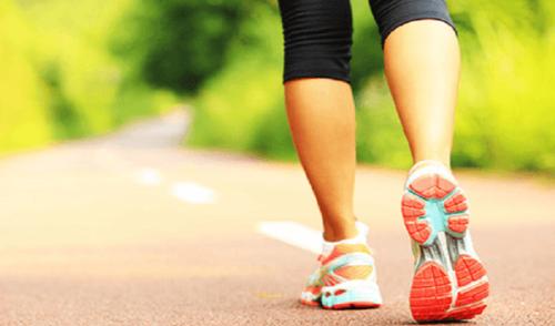 Kvinde løber på sti udenfor