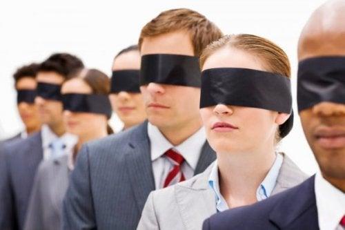 folk på række med bind for øjnene