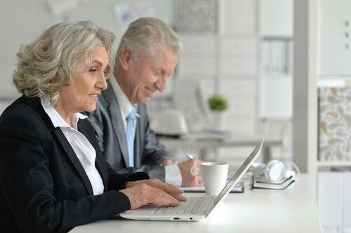 Ældre mennesker arbejder