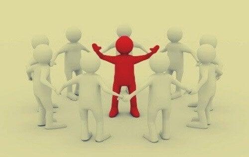 Rød leder står i midten af gruppe
