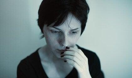 kvinde, der tænker