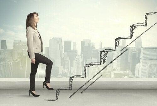 kvinde går op af trappe
