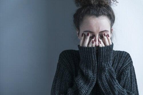 kvinde, der dækker ansigt i hænder, har brug for den græske kur mod depression