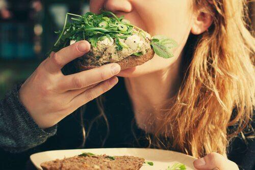 Spisende kvinde illustrerer teorier om sult
