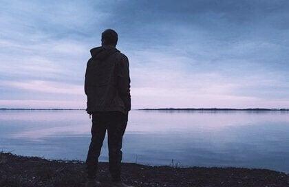 mand ser ud over havet