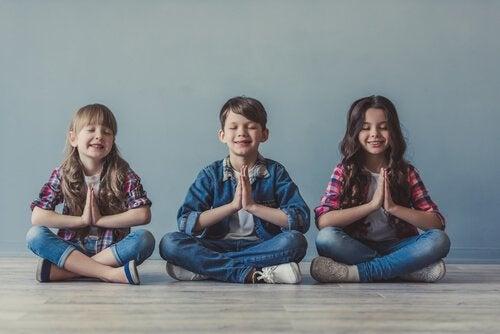 Børn mediterer for at opnå fred